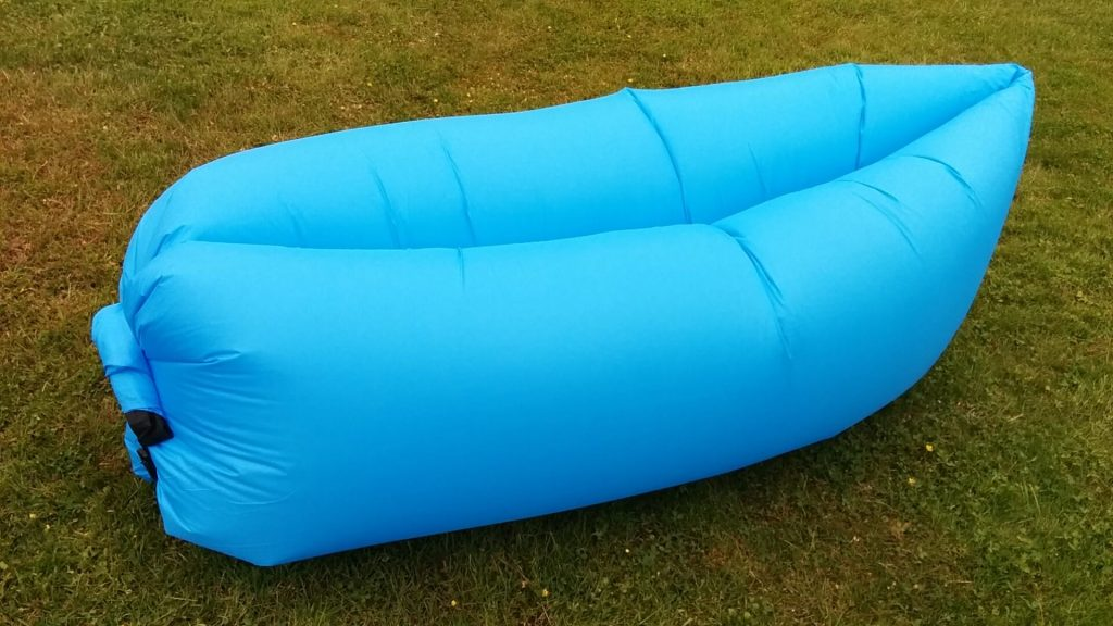 inflatable air lounge das luftsofa f r den sommer techreviewer. Black Bedroom Furniture Sets. Home Design Ideas