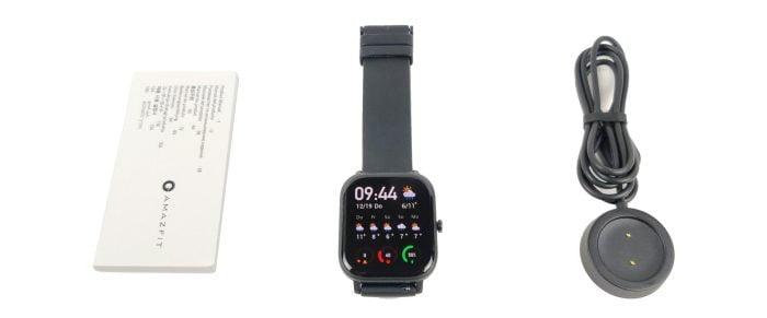 La livraison Amazfit GTS avec le chargeur, la smartwatch et le mode d'emploi.