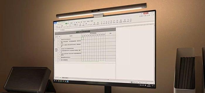 Lâmpada Yeelight Screenbar E-Reading durante o trabalho.