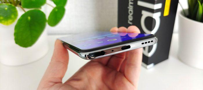 Dessous du smartphone realme GT avec prise USB-C.