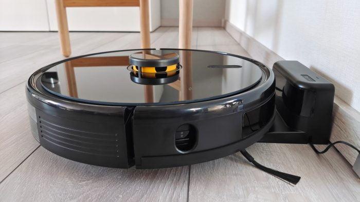 robot próżniowy realme w stacji ładującej