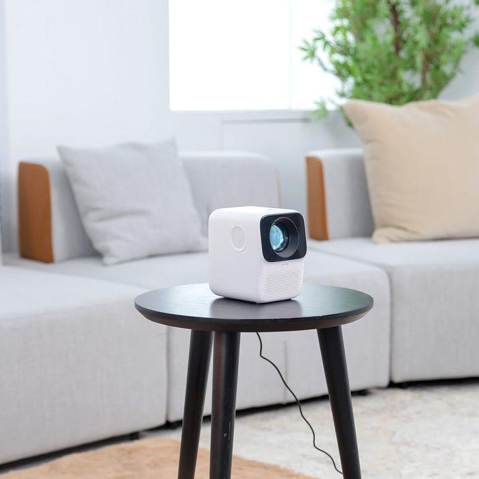 Wanbo T2MAX Beamer auf Tisch im Wohnzimmer
