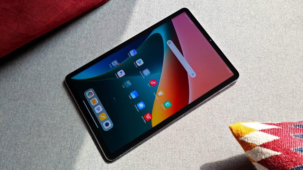 Tableta Xiaomi Pad 5 tirada en el sofá.